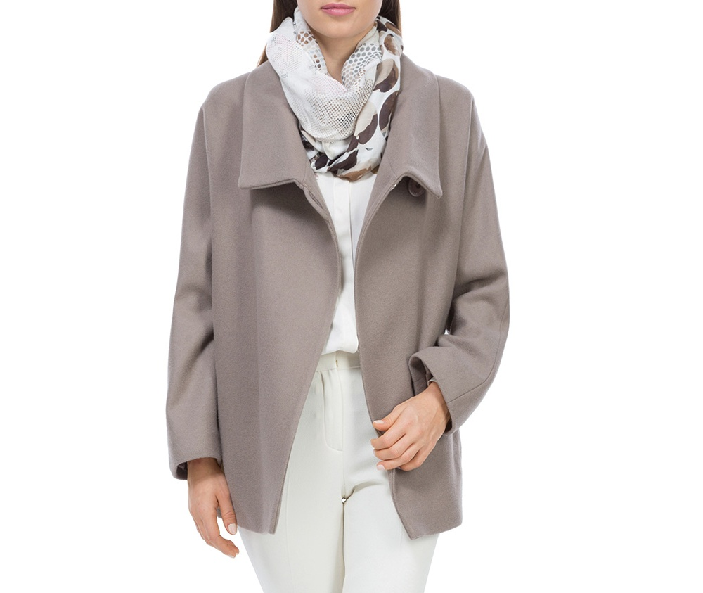 Плащ женскийЖенское пальто из шерсти, с добавлением полиэстера. Такое сочетание материала позитивно влияет на стабильность модели и делает пальто не мнущимся. Модель пальто с отложным воротником, застегивается на пуговицу, а так же оно имеет два открытых внешних кармана. Удобный крой, в сочетании с самым высоким качеством исполнения будет надежной защитой в холодную погоду.<br><br>секс: женщина<br>Цвет: розовый<br>Размер INT: L<br>материал:: Шерсть<br>подкладка:: вискоза<br>примерная общая длина (см):: 68