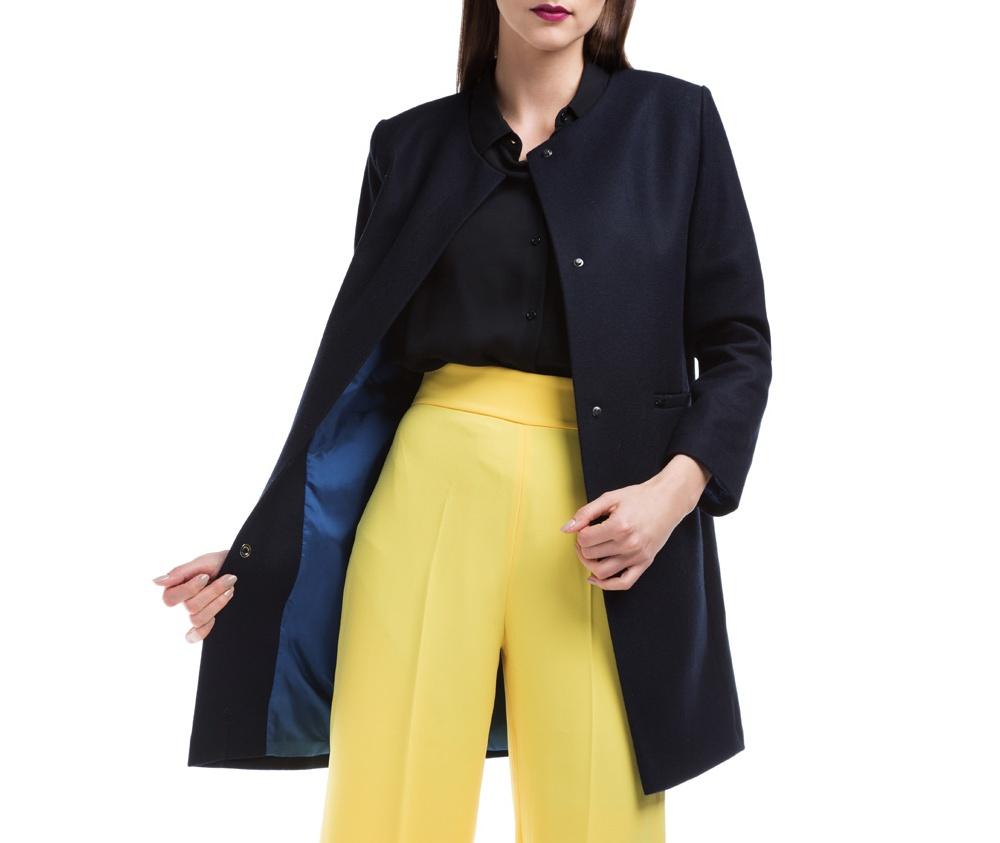 Женское пальтоЖенское пальто из шерсти, с добавлением бамбукового волокна. Такое сочетание материала позитивно влияет на стабильность модели и делает пальто не мнущимся. Модель с полукруглым декольте, застегивается на пуговицы, имеет два открытых внешних кармана. Удобный крой, в сочетании с самым высоким качеством исполнения будет надежной защитой в холодную погоду.<br><br>секс: женщина<br>Цвет: синий<br>Размер INT: XXL