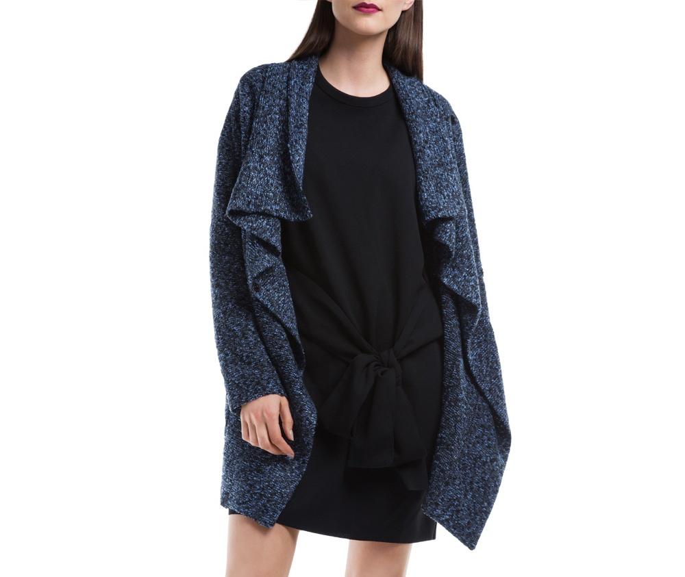 Женское пальтоЖенское пальто из шерсти, с добавлением полиэстера. Такое сочетание материала позитивно влияет на стабильность модели и делает пальто не мнущимся. Модель пальто с отложным воротником, застегивается на пуговицу, а так же оно имеет два открытых внешних кармана. Удобный крой, в сочетании с самым высоким качеством исполнения будет надежной защитой в холодную погоду.<br><br>секс: женщина<br>Размер INT: M