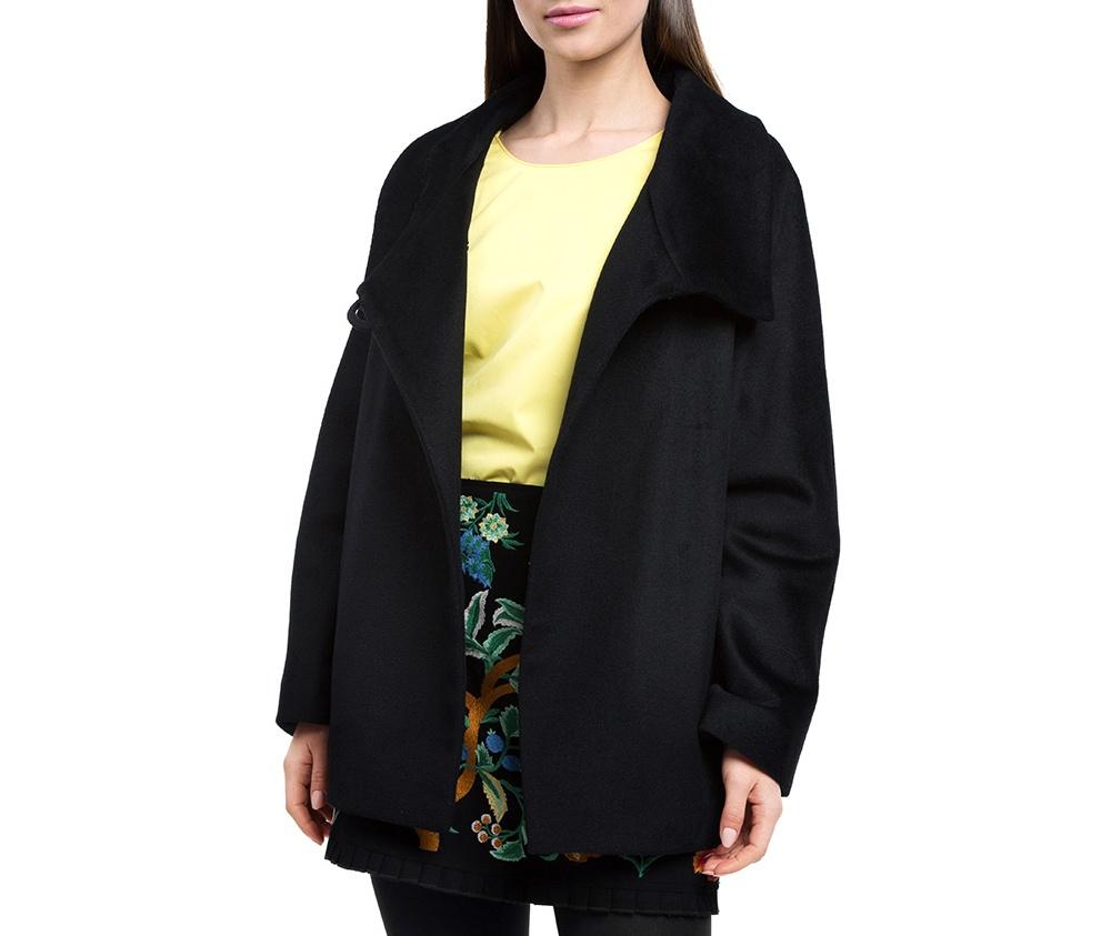 Плащ женскийЖенское пальто из шерсти, с добавлением полиэстера. Такое сочетание материала позитивно влияет на стабильность модели и делает пальто не мнущимся. Модель пальто с отложным воротником, застегивается на пуговицу, а так же оно имеет два открытых внешних кармана. Удобный крой, в сочетании с самым высоким качеством исполнения будет надежной защитой в холодную погоду.<br><br>секс: женщина<br>Цвет: черный<br>Размер INT: XL<br>материал:: Шерсть<br>подкладка:: вискоза<br>примерная общая длина (см):: 68