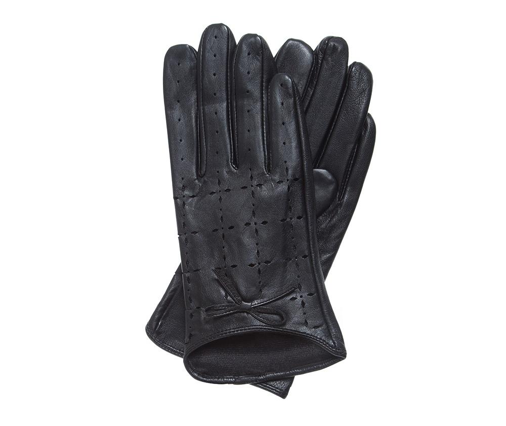 Перчатки женскиеКлассические женские неутепленные перчатки выполнены из высококачественной натуральной кожи.<br><br>секс: женщина<br>Цвет: черный<br>Размер INT: S<br>вид:: неутепленные<br>материал:: Натуральная кожа<br>подкладка:: полиэстр