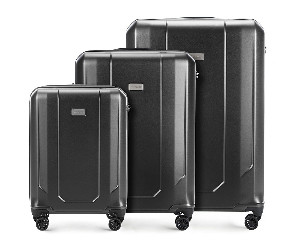 Комплект чемоданов Wittchen 56-3P-94S-70, графитКомплект чемоданов из коллекции Frosted Line, изготовлен из очень прочного материала - поликарбонат. Чемоданы имеют 4 двойных колесика с подшипниками, алюминиевую телескопическую ручку и кодовый замок TSA, который очень удобен в случае досмотра багажа таможенной службой.Внутри:отделение с фиксирующими ремнями для одежды;отделение на молнии;3 кармана, 2 из которых  из сетки.В состав комплекта входят:Маленький чемодан на колесах 56-3P-941; Средний чемодан на колесах 56-3P-942; Большой чемодан на колесах 56-3P-943.<br><br>секс: унисекс<br>Цвет: серый<br>материал:: Поликарбонат<br>подкладка:: полиэстер<br>высота (см):: 55 - 67 - 77<br>ширина (см):: 37 - 46 - 53<br>глубина (см):: 20 - 26 - 29<br>размер:: комплект<br>объем (л):: 33 - 61 - 91<br>вес (кг):: 2,1 - 3,1 - 3,8<br>Комплекты: так