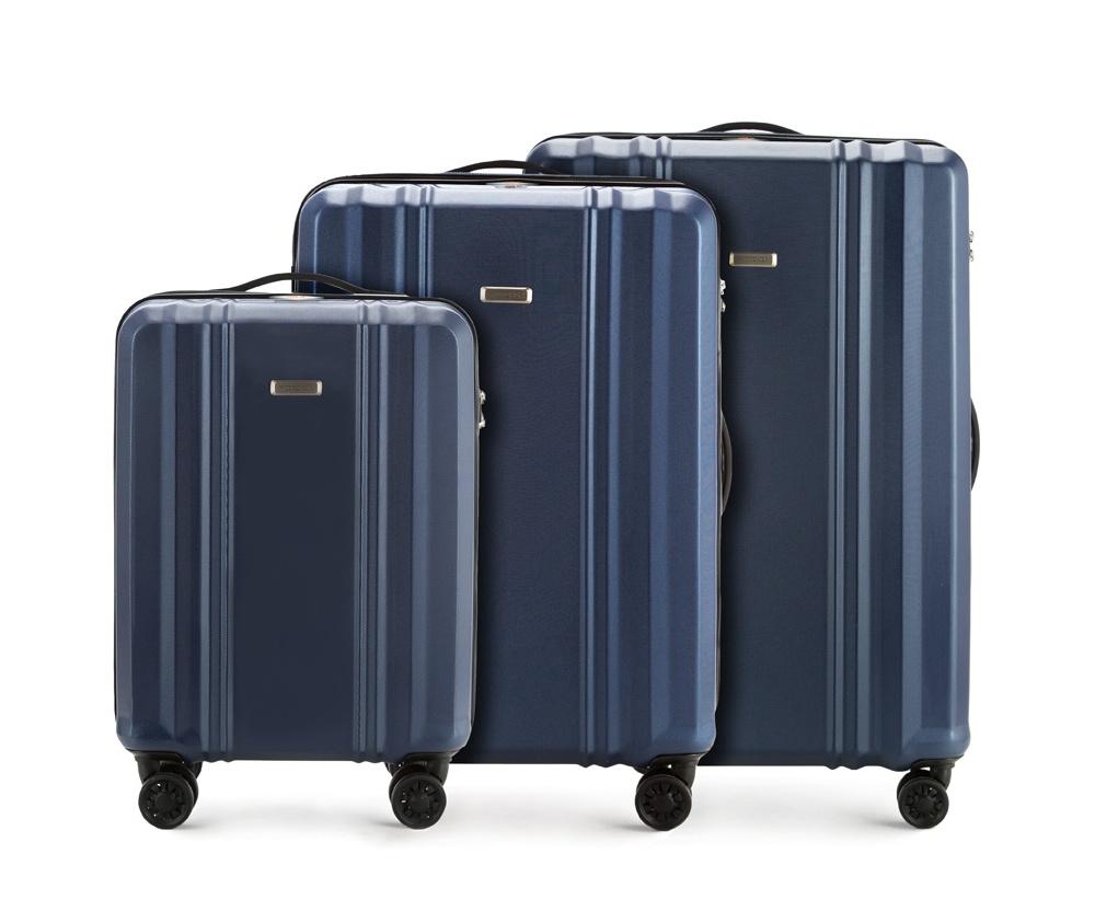 Комплект чемодановКомплект чемоданов из коллекции BB-Line, сделан из прочного  материала - поликарбонат. Оснащен четырьмя колесами с подшипниками,  телескопической ручкой, двумя эластичными, резиновыми ручками для  ношения в руке и замоком TSA,который очень удобен  в случае проверки  багажа таможенной службой.&#13;<br>&#13;<br>Внутри : &#13;<br>- отделение с эластичными  ремнями, предохраняющими одежду от перемещения;  &#13;<br>- отделение на молнии;   &#13;<br>- карман на молнии.&#13;<br>&#13;<br>В комплект входит:&#13;<br>- маленький чемодан 56-3P-931;&#13;<br>- средний чемодан 56-3P-932 ;&#13;<br>- большой чемодан 56-3P-933.<br><br>секс: унисекс<br>Цвет: синий<br>подкладка:: poliester<br>высота (см):: 55 - 66 - 75<br>ширина (см):: 36 - 44 - 52<br>глубина (см):: 20 - 27 - 32<br>размер:: zestaw<br>объем (л):: 31 - 61 - 102<br>вес (кг):: 2,2 - 3,3 - 4,1