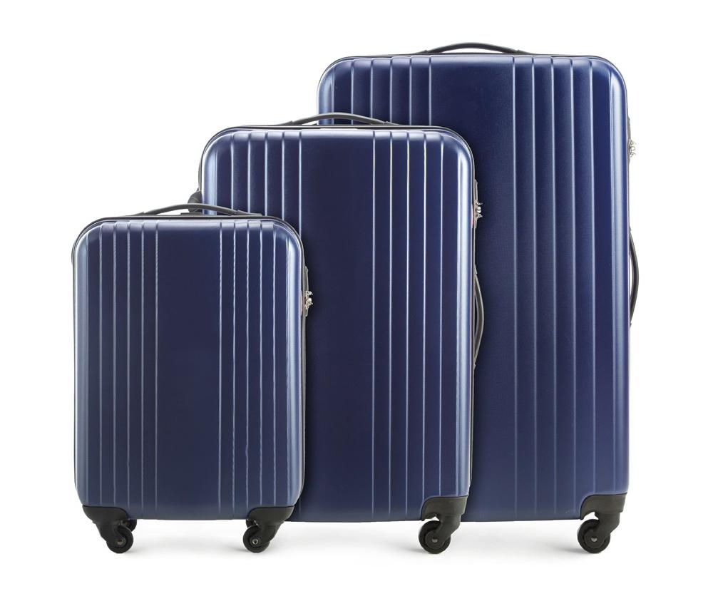 Комплект чемодановКомплект чемоданов VIP Collection из коллекции Hardy Line выполнен из прочного поликарбоната - гибкого и легкого пластика, который устойчив к повреждениям, связанными с транспортировкой багажа. Имеет четыре поворотных колеса, телескопическую  ручку и резиновые ручки, облегчающие перемещение багажа. Дополнительно цифровой замок  для защиты Вашего багажа. Внутри : отделение с эластичным  ремнем для защиты вещей; отделение на молнии; 2 кармана - сетка на молнии. Дополнительно: Маленький чемодан соответствуюет требованиям ручной клади. Комплект состоит из: Маленький чемодан на колесиках V25-10-921-30 Средний чемодан на колесиках V25-10-922-30 Большой чемодан на колесиках V25-10-923-30<br><br>секс: унисекс<br>Цвет: синий<br>материал:: Поликарбонат<br>высота (см):: 54 - 66 - 77<br>ширина (см):: 38 - 46 - 53<br>глубина (см):: 19 - 24 - 28<br>объем (л):: 29 - 55 - 90<br>вес (кг):: 2.2 - 2.9 - 3.4<br>Комплекты: так