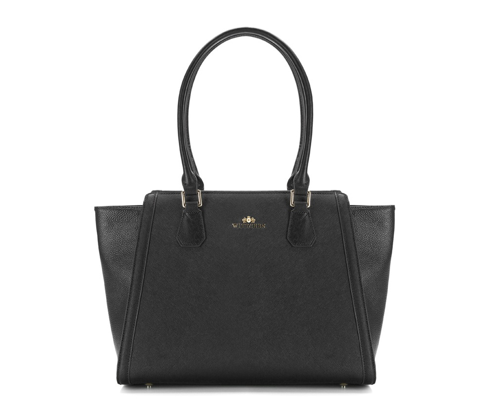 Женская сумкаЖенская сумка из коллекции Elegance. &#13;<br>Основной отдел застегивается на молнию. Внутри 2 кармана на молнии, открытый карман для мелких предметов и отделение для мобильного телефона.С тыльной стороны карман на молнии. Дно сумки защищено металлическими ножками.<br><br>секс: женщина<br>Цвет: черный<br>вмещает формат А4: поместит формат А4<br>материал:: Натуральная кожа<br>высота (см):: 30<br>ширина (см):: 28 - 34<br>глубина (см):: 12<br>общая высота (см):: 55<br>длина ручки/ек (см):: 61