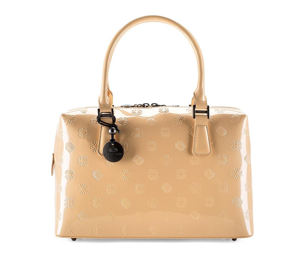 Женская сумкаЖенская сумка из коллекции Signature&#13;<br>Основное отделение на молнии. Внутри два отделения, в том числе одно на молнии и отделение для мобильного телефона. Дно сумки защищено металлическими ножками. Дополнительно съемный плечевой ремень с регулируемой длиной.<br><br>секс: женщина<br>Цвет: бежевый<br>материал:: лакированная кожа<br>длина плечевого ремня (cм):: 103 - 118<br>высота (см):: 22<br>ширина (см):: 34<br>глубина (см):: 12<br>общая высота (см):: 39