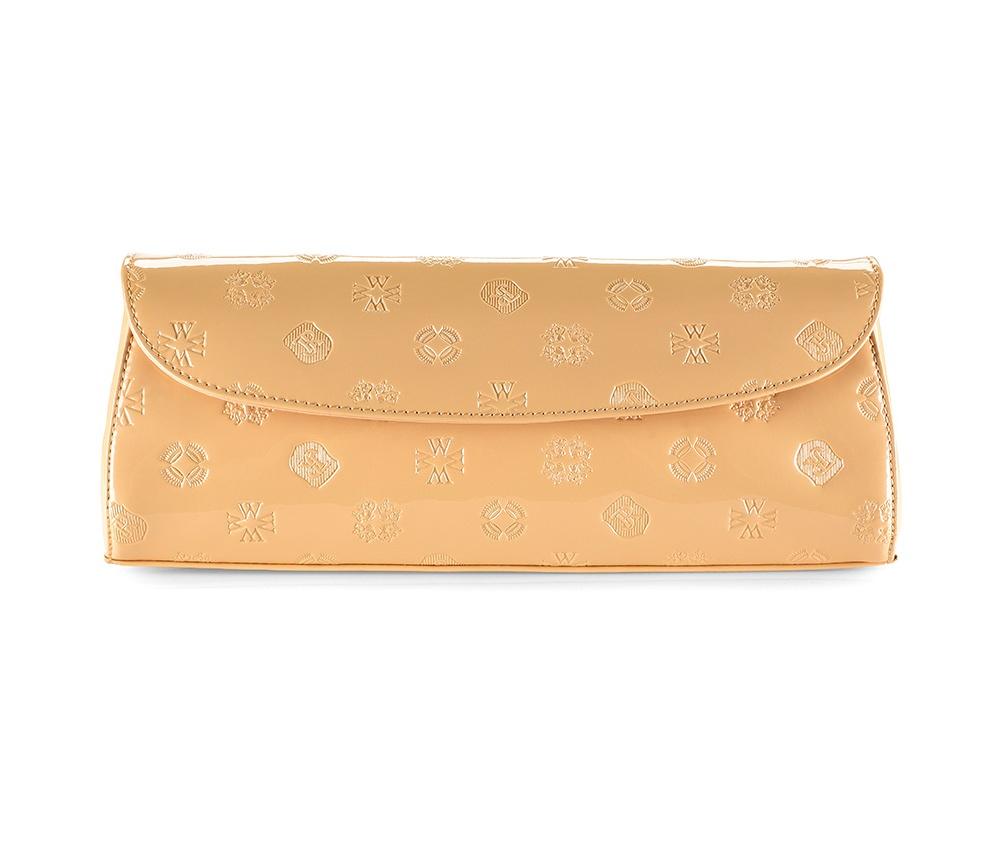 Женская сумкаКлатч из коллекции Signature&#13;<br>Открытое основное отделение, внутри карман на молнии. Основное отделение закрывается клапаном на магнитную застежку, прилагается съемный плечевой ремень.<br><br>секс: женщина<br>Цвет: бежевый<br>материал:: лакированная кожа<br>высота (см):: 13<br>ширина (см):: 30<br>глубина (см):: 3.5
