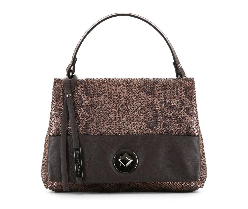 Женская сумкаЖенская сумка из коллекции Elegance&#13;<br>Открытое основное отделение, внутри карман на молнии. Сумка закрывается клапаном на металлическую застежку.. Дополнительно съемный, регулируемый плечевой ремень.<br><br>секс: женщина<br>Цвет: коричневый<br>материал:: Натуральная кожа<br>длина плечевого ремня (cм):: 119 - 131<br>высота (см):: 17<br>ширина (см):: 22<br>глубина (см):: 7<br>общая высота (см):: 28<br>длина ручки/ек (см):: 29