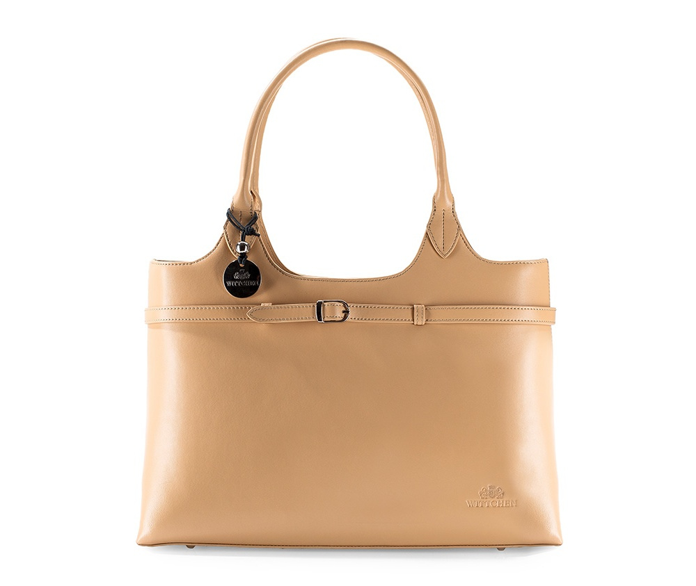 Женская сумка Wittchen 99-4-045-B, бежевыйОсновное отделение на молнии. Внутри два отделения, в том числе одно на молнии и отделение для мобильного телефона. На внешней стороне 2 открытых кармана. Дно сумки защищено металлическими ножками.<br><br>секс: женщина<br>Цвет: бежевый<br>материал:: натуральная кожа<br>высота (см):: 26<br>ширина (см):: 38<br>глубина (см):: 13<br>общая высота (см):: 47
