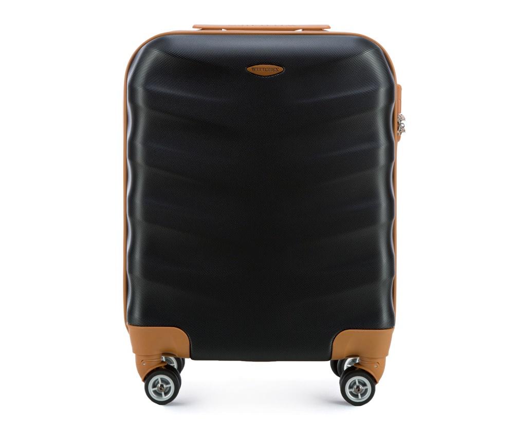 Чемодан на колесикахМаленький чемодан из коллекции J-Line, сделан из высокопрочного АБС - пластика. Чемодан имеет 4 двойных колесика, выдвижную ручку с фиксатором, дополнтельную ручку для удобной переноски багажа, кодовый замок. Характерная особенность - логотип Wittchen на верхней ручке багажа.&#13;<br>&#13;<br>Внутри:&#13;<br>&#13;<br>    основное отделение с эластичными ремешками и застежкой-молнией;&#13;<br>    отсек на молнии.<br><br>секс: унисекс<br>Цвет: черный<br>материал:: ABS пластик<br>высота (см):: 53<br>ширина (см):: 40<br>глубина (см):: 20<br>размер:: ручная кладь<br>вес (кг):: 2.7<br>объем (л):: 31