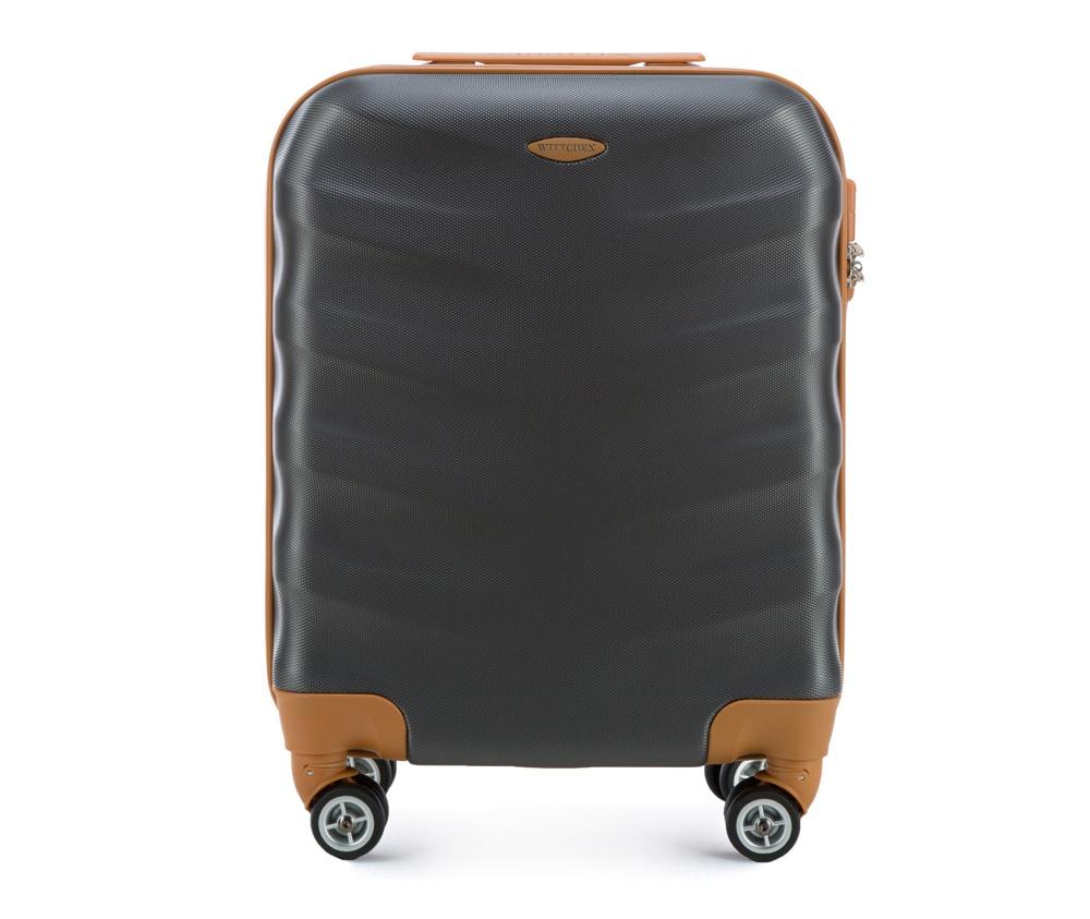 Чемодан на колесикахМаленький чемодан из коллекции J-Line, сделан из  высокопрочного АБС - пластика. Чемодан имеет 4 двойных колесика,  выдвижную ручку с фиксатором, дополнтельную ручку для удобной переноски  багажа, кодовый замок. Характерная особенность - логотип Wittchen на  верхней ручке багажа.&#13;<br>&#13;<br>Внутри:&#13;<br>&#13;<br>    основное отделение с эластичными ремешками и застежкой-молнией;&#13;<br>    отсек на молнии.<br><br>секс: унисекс<br>Цвет: серый<br>материал:: ABS пластик<br>высота (см):: 53<br>ширина (см):: 40<br>глубина (см):: 20<br>размер:: ручная кладь<br>вес (кг):: 2.7<br>объем (л):: 31