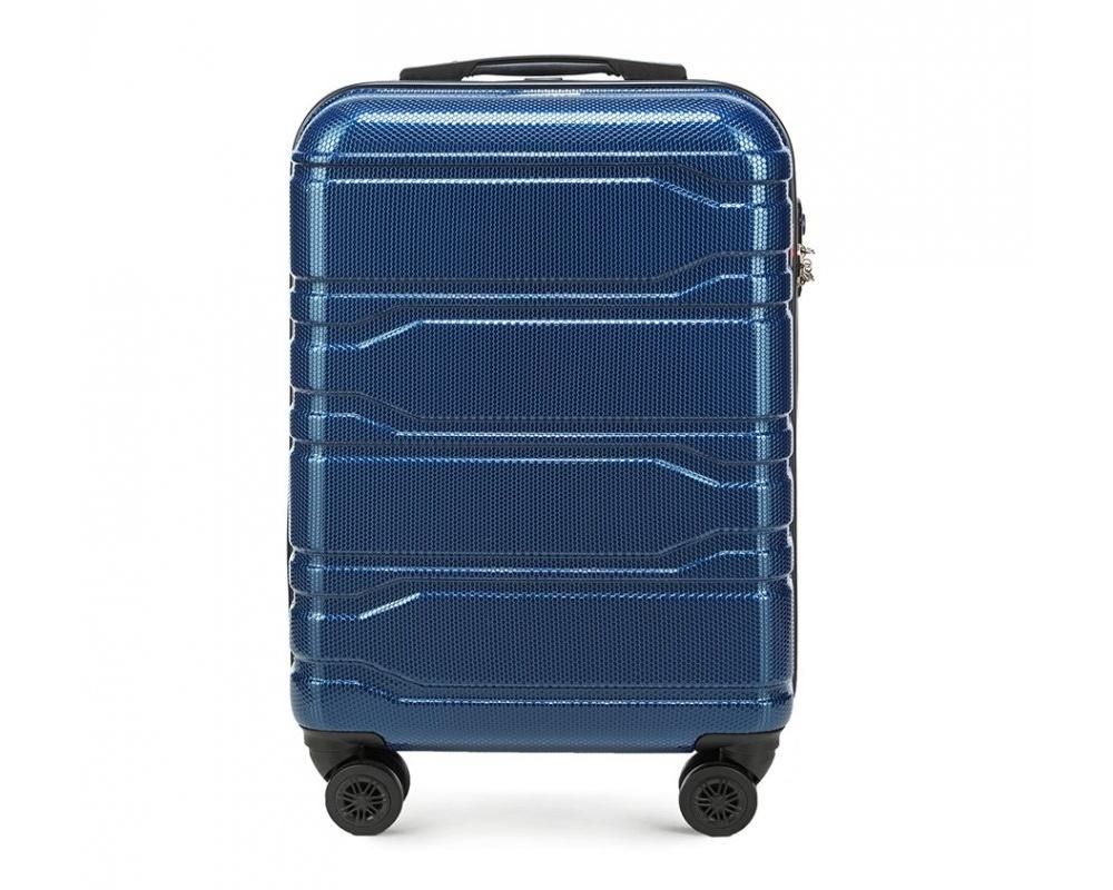 Чемодан на колёсикахМаленький чемодан из коллекции Trail Style, выполнен из очень прочного материала - поликарбоната. Модель оснащена  4 колесиками, телескопической ручкой,эластичной  и  прорезиненной ручкой для ношения в руке. Дополнительно кодовый замок TSA. , который гарантирует безопасное открытие чемоданов и его повторное закрытие без повреждения замка сотрудниками таможни.Чемодан соответствует требованиям ручной клади.  Внутри :    отделение с эластичными ремнями, предохраняющими одежду от перемещения;  отделение на молнии;  карман на молнии.   *Указанные размеры включают в себя также выступающие элементы, такие как ручки или колеса.<br><br>секс: унисекс<br>Цвет: синий<br>материал:: Поликарбонат<br>подкладка:: полиэстр<br>высота (см):: 53<br>ширина (см):: 38<br>глубина (см):: 20<br>размер:: маленький<br>объем (л):: 33<br>вес (кг):: 2,5