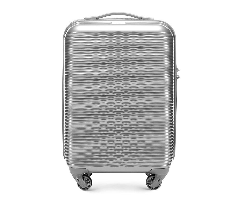 Маленький чемодан 19\Маленький чемодан из коллекции Wavy Line создан из прочного материала ABS. Четыре прочных колеса позволяют легко перемещать чемодан. Имеет двухступенчатую телескопическую ручку с фиксатором и кодовый замок с системой TSA для надежной защиты вещей.  Кроме того, система TSA, очень удобна во время досмотра багажа на таможне. Она обеспечивает не инвазивное открытие чемодана и его повторного закрытия без повреждения замка. Корпус отвечает требованиям ручной клажи.<br>внутри: карман с застежкой-молнией и ремнем безопасности для одежды;<br><br>секс: женщина<br>Цвет: серый<br>материал:: ABS пластик<br>подкладка:: полиэстр<br>высота (см):: 55<br>ширина (см):: 34<br>глубина (см):: 20<br>размер:: ручная кладь<br>объем (л):: 30<br>вес (кг):: 2.4