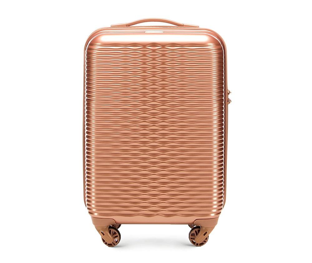Маленький чемодан 19\Маленький чемодан из коллекции Wavy Line создан из прочного материала ABS. Четыре прочных колеса позволяют легко перемещать чемодан. Имеет двухступенчатую телескопическую ручку с фиксатором и кодовый замок с системой TSA для надежной защиты вещей.  Кроме того, система TSA, очень удобна во время досмотра багажа на таможне. Она обеспечивает не инвазивное открытие чемодана и его повторного закрытия без повреждения замка. Корпус отвечает требованиям ручной клажи.<br>внутри: карман с застежкой-молнией и ремнем безопасности для одежды;<br><br>секс: женщина<br>материал:: ABS пластик<br>подкладка:: полиэстр<br>высота (см):: 55<br>ширина (см):: 34<br>глубина (см):: 20<br>размер:: маленький<br>объем (л):: 30<br>вес (кг):: 2.4