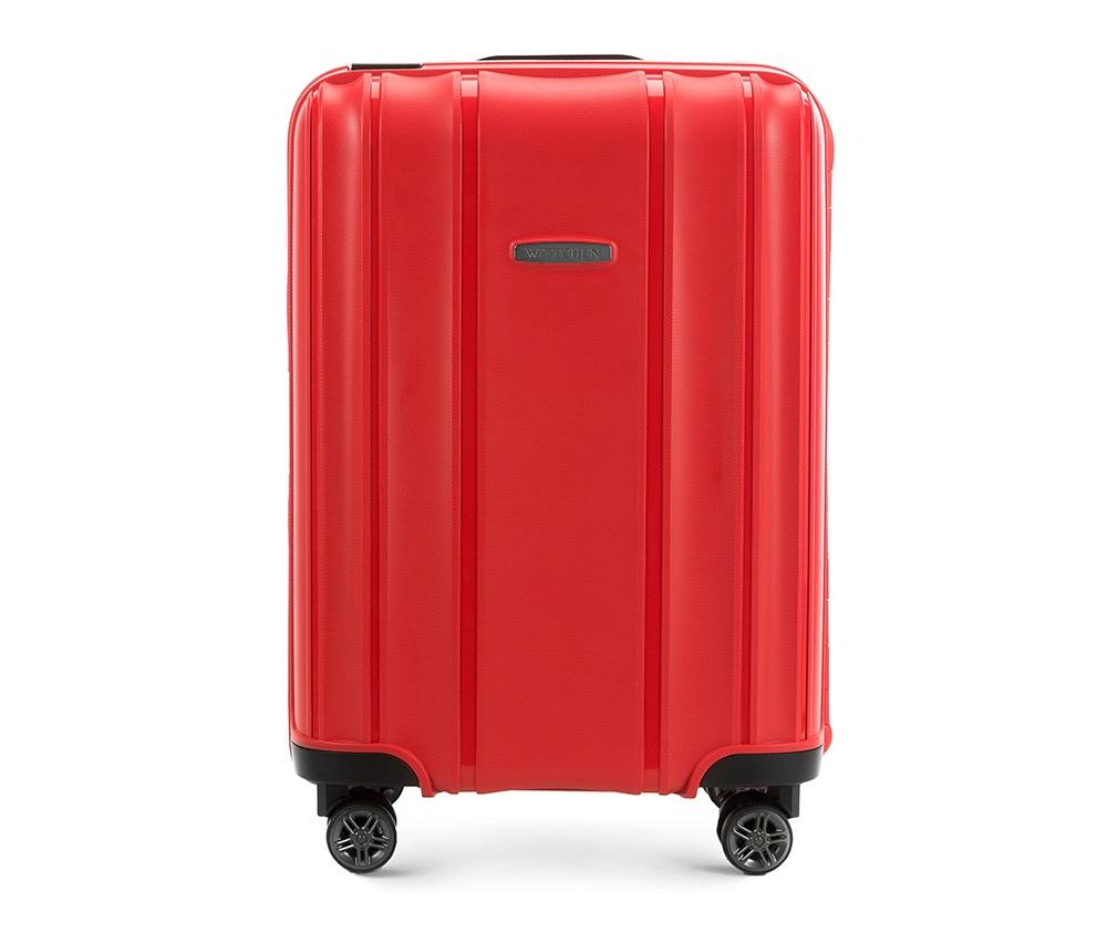 Чемодан на колёсиках 20\\Маленький чемодан из коллекции Premium PP. Модель изготовлена из эластичного и ударопрочного полипропилена. Имеет четыре двойных колеса, двухступенчатую, выдвижную ручку и дополнительную ручку, облегчающие перемещение багажа. Закрывается на три пряжки главная из которых, на боковой панели чемодана, оснащена замком TSA (удобен в случае досмотра багажа таможенной службой). Внутри: основное отделение с эластичными ремнями, предохраняющими одежду от перемещения; дополнительно основное отделение оснащено перегородкой с тремя карманами, один из которых из сетки на молнии с ремнями, предохраняющими багаж от перемещения. Чемодан соответствует требованиям ручной клади.<br><br>секс: унисекс<br>материал:: Полипропилен<br>высота (см):: 56<br>ширина (см):: 39<br>глубина (см):: 20<br>размер:: ручная кладь<br>объем (л):: 36<br>вес (кг):: 3,2